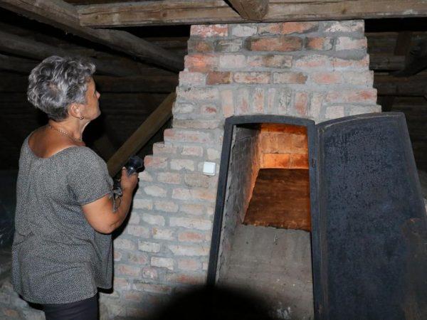 Itt rakták be régen a füstölni való húsokat, mutatja Tóth Zsigmondné. Az épületnek ez egy nagyon különös szerkezete Fotós: Mészáros János