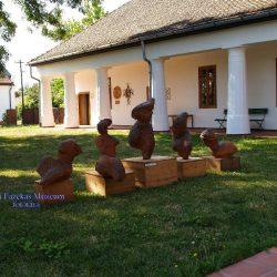 A múzeum udvara nyáron