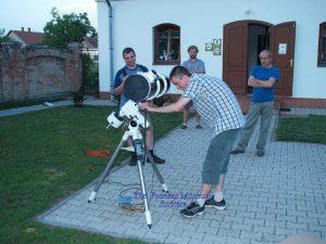 Csillagászati távcső kipróbálása a Múzeumok Éjszakáján