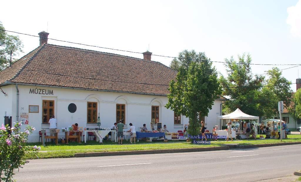 Vásár a múzeum épülete előtt